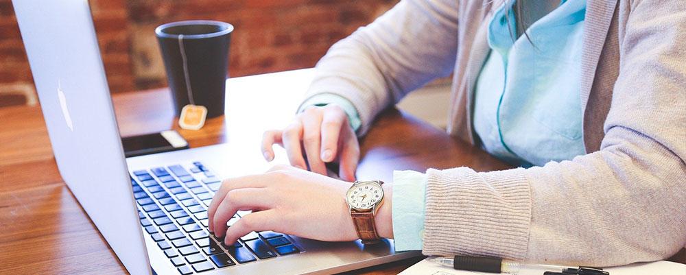 Étudiante travaillant sur un ordinateur. Porteur de Projet, qualité, compétence. Projet cohérent.